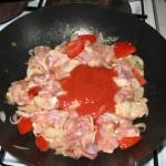 Adaugam sos de rosii