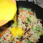 Adaugam ouale peste legume si orez