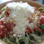 Tagliattele de spanac cu sos rosu [Spinach tagliattele in red sauce]