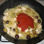 Adaugam sosul de rosii
