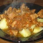 Gulas de porc cu sos caramel si cartofi