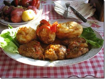 Muschiulet de porc in sos vanatoresc cu cartofi copti