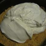 Tort mousse ciocolata alba si fructe padure