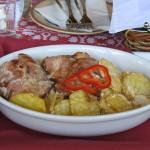 Ciolan de porc cu cartofi la cuptor, cascaval si mujdei de usturoi