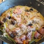 Mix de legume chinezesti cu bacon si paste de orez